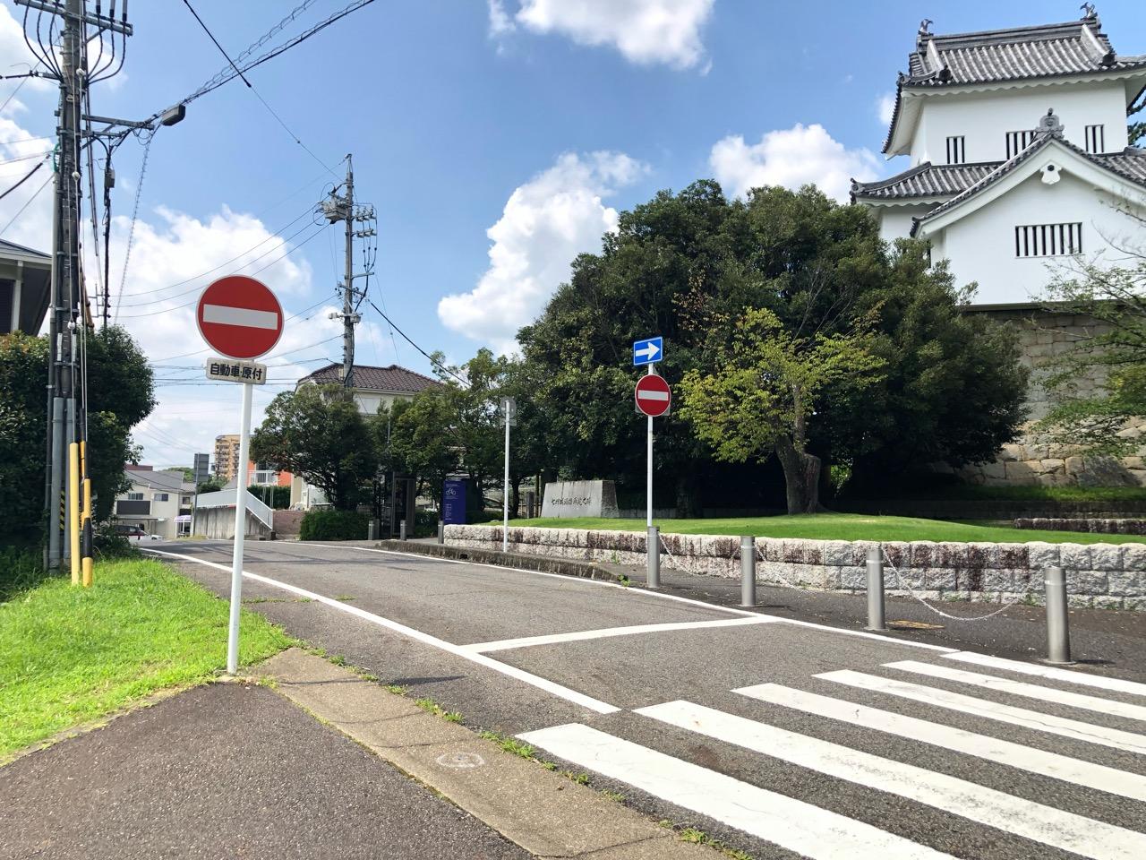 豊田市美術館前